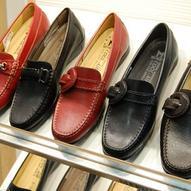 Wir bieten Ihnen auch Schuhe in Übergrößen an